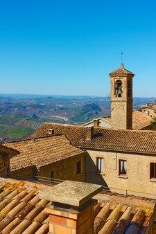 산 마리노의 기와 지붕과 종탑이 있는 오래된 주택 - 풍경, 도시 경관