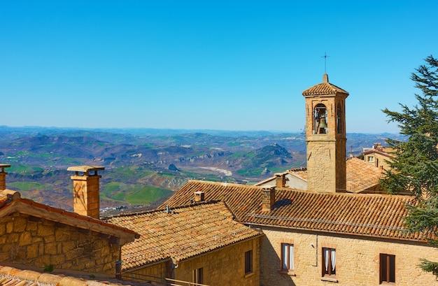 산마리노의 기와 지붕과 종탑이 있는 오래된 주택 - 풍경
