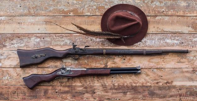 Старое охотничье ружье на деревянном столе