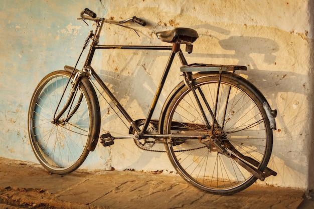 通りの古いインドの自転車