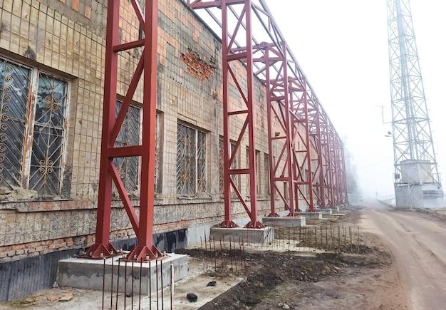 古い工業ビル。放棄された製造。金属構造。