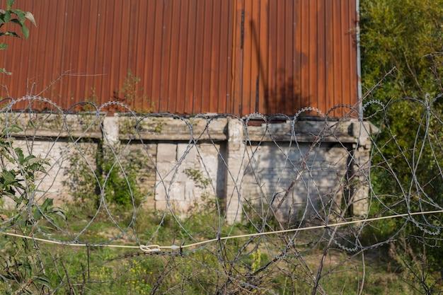 철조망으로 둘러싸인 오래된 산업 건물