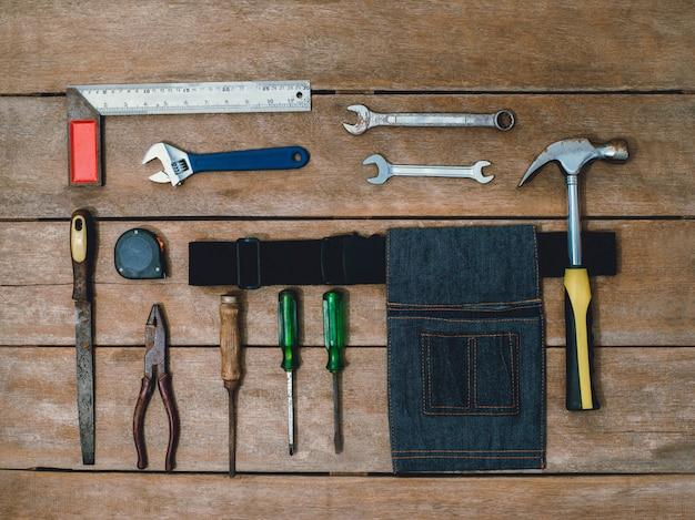 Старый инструмент конструктор или ремонт для сборки и ремонта дома на деревянном фоне