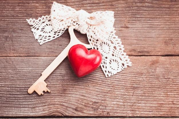 Старый ключ intage и красное сердце. ключ моей сердечной концепции. поздравления с днем святого валентина.