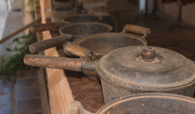テーブルの上の古い鉄と木の鍋