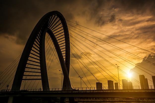 夕暮れ時の古い鉄橋