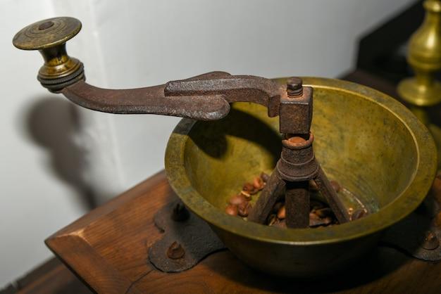Кофемолка механическая старая утюг.