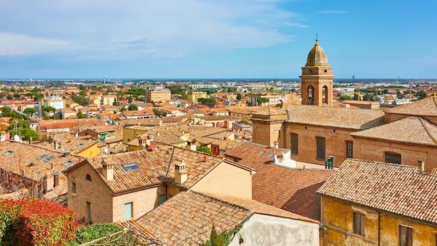 イタリア、エミリア・ロマーニャ州リミニ近くの古いイタリアの町サンタルカンジェロディロマーニャ。タイル張りの屋上、パノラマビューの街並み