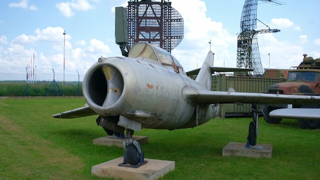 野外軍事博物館の古いジェット戦闘機。