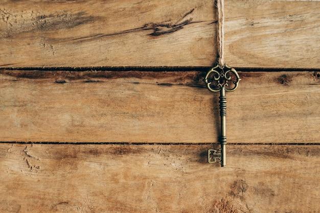 古い鍵は茶色の木にぶら下がっている。