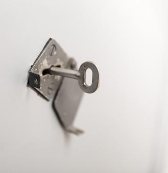 Старый ключ в замочной скважине