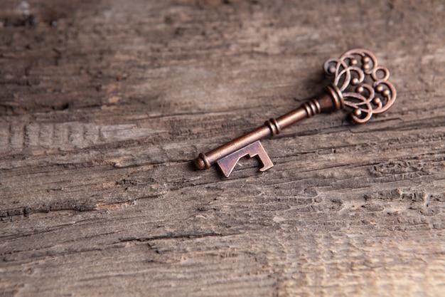 Старый ключ на деревянном столе