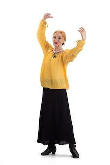 Пожилая женщина танцует улыбается старший женщина изолированные