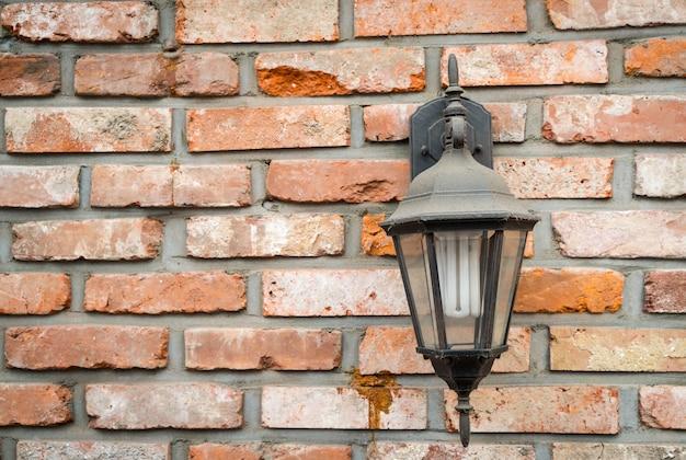 Старая лампа на стене