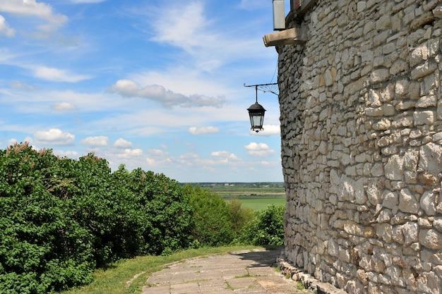 오래 된 성곽의 돌 벽에 오래 된 랜 턴
