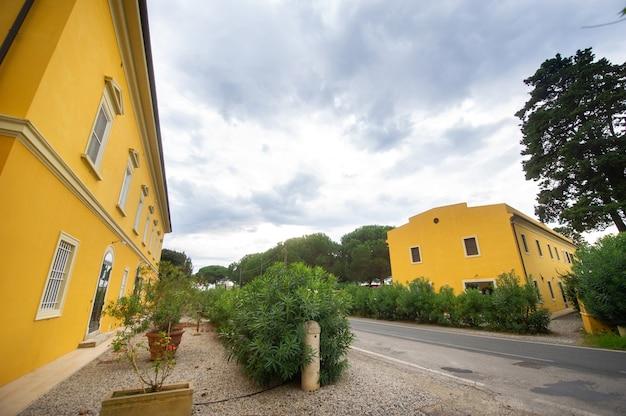 투스카니 지역의 오래된 대형 노란색 빌라