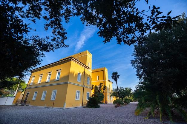 Старая большая желтая вилла в регионе тоскана