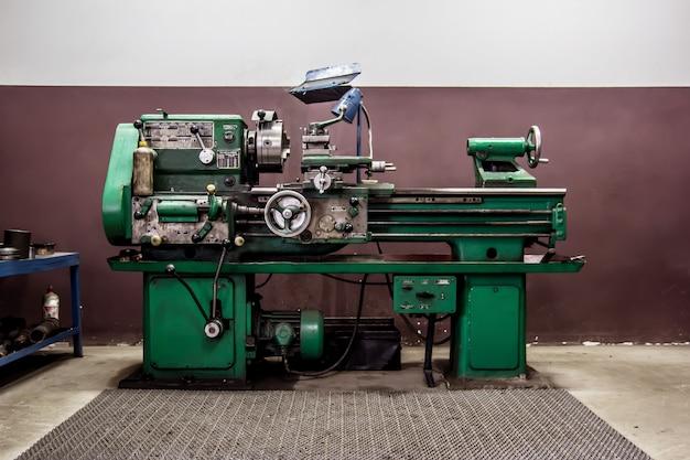 Старый токарный станок в мастерской