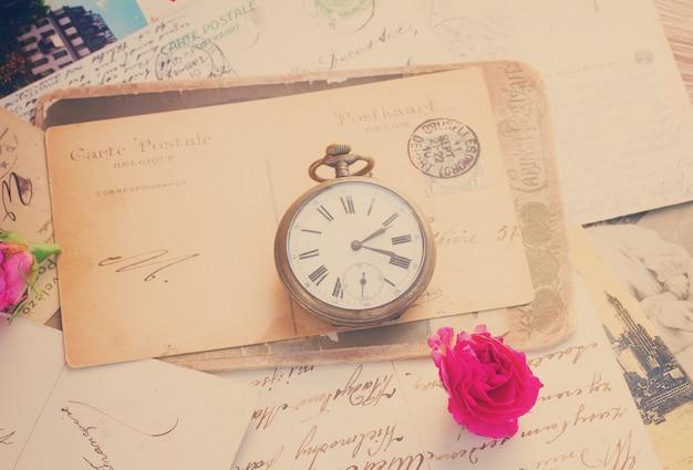 복사 공간과 오래된 시계가 있는 오래된 편지, 복고풍 톤