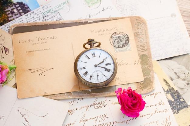 복사 공간과 오래된 시계가 있는 오래된 편지