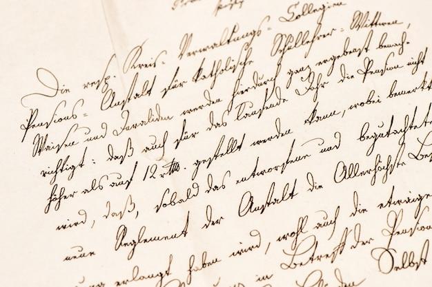 정의되지 않은 필기 텍스트가 있는 오래된 편지입니다. 그런 지 빈티지 종이 질감 배경