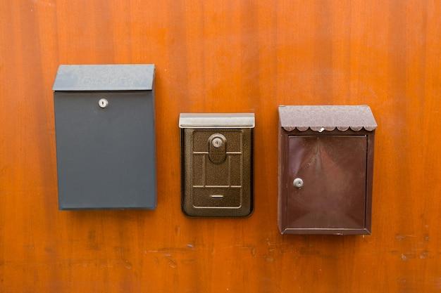 Старые почтовые ящики на коричневой двери