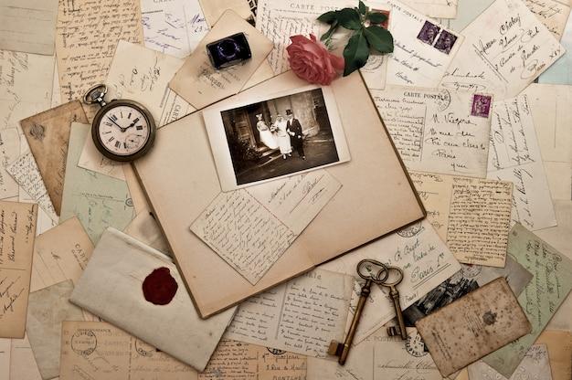 古い手紙、写真、ポストカード。ノスタルジックなヴィンテージの結婚式の背景