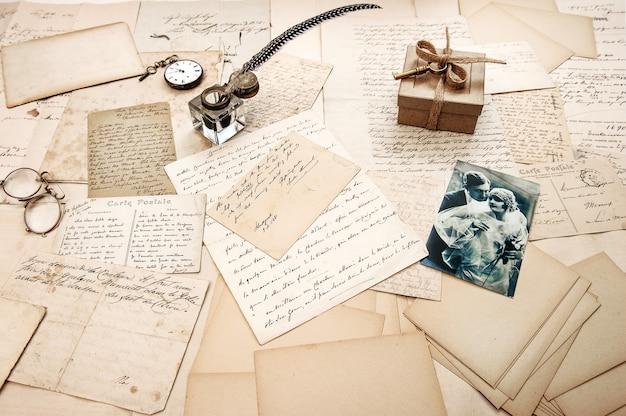 Старые письма старинные открытки и старинное перо перо ретро изображение пары