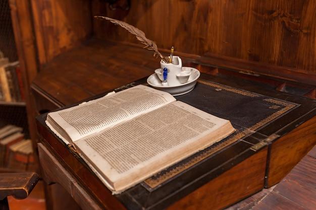 Старая библиотека в поместье камино-де-каледор сан-хуан, майорка, самый большой остров испании.