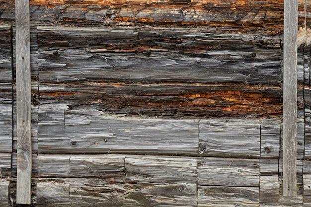 오래 된 로그 벽입니다. 오래 된 집의 나무 벽의 질감.