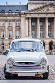 Old looking car in front of the official royal palace of brussels