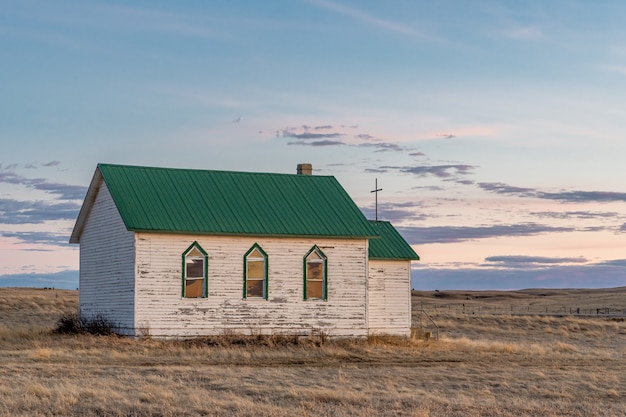 カナダ、サスカチュワン州キャデラックの南の草原にある日没時の古いルーテル教会