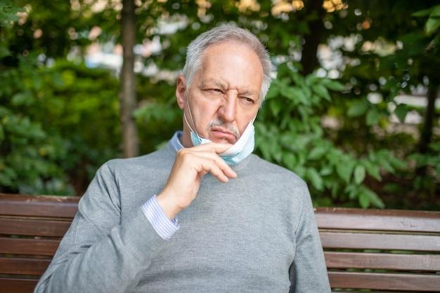 老人は彼のコロナウイルスマスクにうんざりしていました