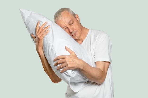 숙면을 위해 베개를 껴안는 노인