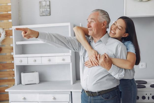 Старик на кухне с молодой внучкой