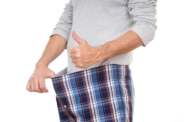 그의 바지를 보고 엄지손가락을 보여주는 노인