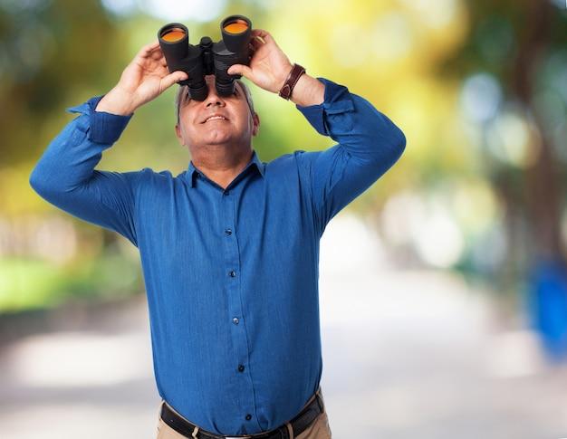老人は双眼鏡を覗き