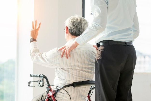 Comercial 병원 의료 및 의료 개념 휠체어와 의사에 노인