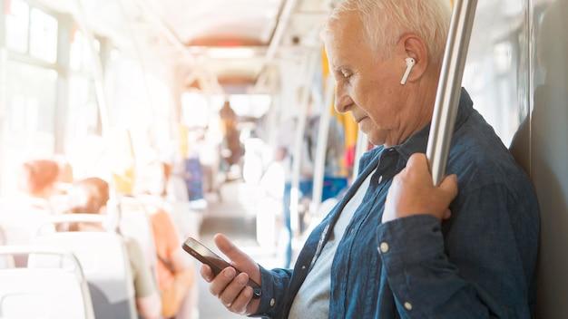 Uomo anziano nel concetto del trasporto pubblico