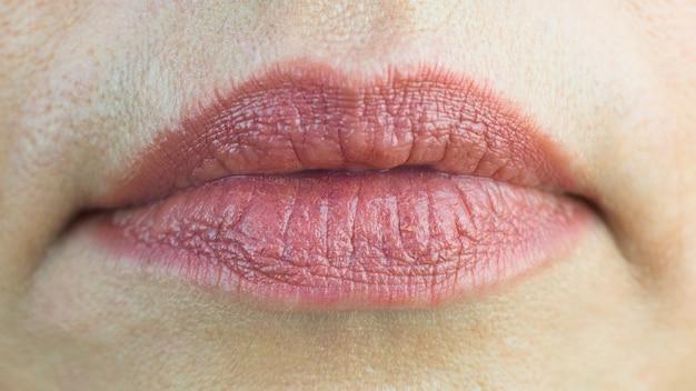 老人の唇、口の周りの深いしわ。