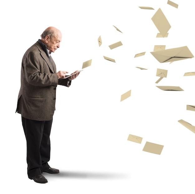 노인은 태블릿에서 이메일을 보냅니다.