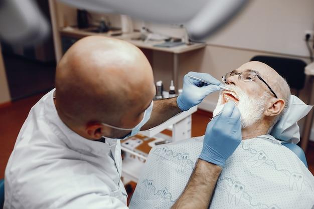 Старик сидел в кабинете стоматолога
