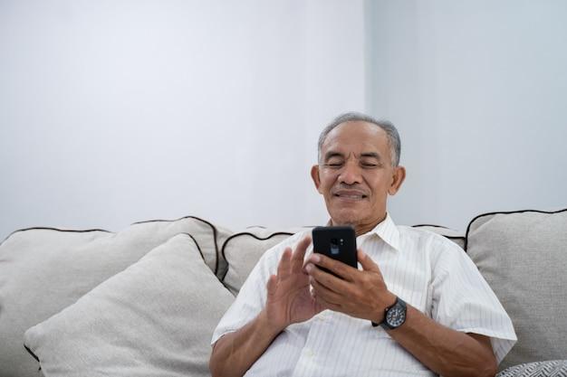 노인 집에서 스마트 폰을 사용 하여