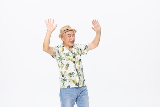 ビーチの服を着ている老人