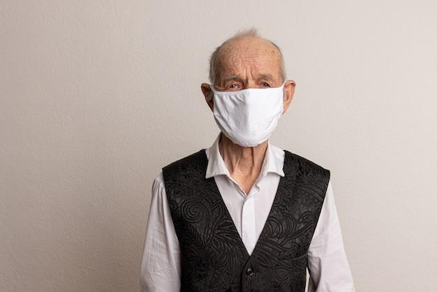 保護のためのフェイスマスクを身に着けている老人