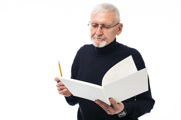 本の肖像画を持つ老人