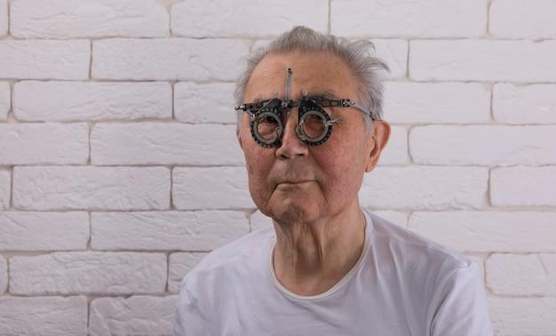 Старик в оптических медицинских очках