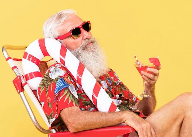 サンベッドとキャンディケインを持つ老人