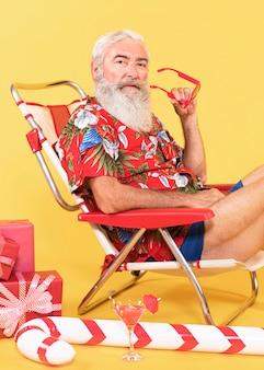 Uomo anziano con lettino e bastoncino di zucchero