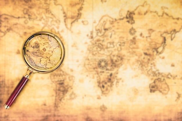 Старая карта с увеличительным стеклом исследовала его. винтаж путешествия фон